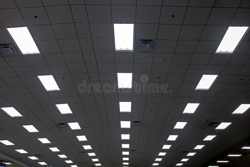 Luci nella lunga fila sul soffitto del corridoio immagine stock libera da diritti