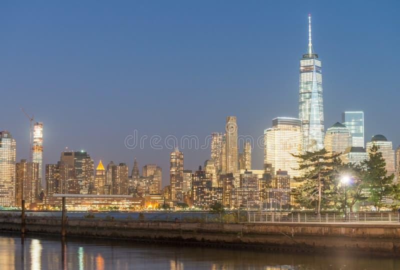 Luci notturne degli edifici di Manhattan - di New York immagini stock libere da diritti