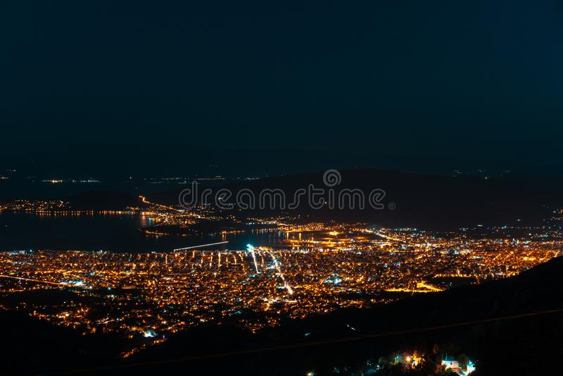 Luci notturne della città da una veduta panoramica fotografia stock