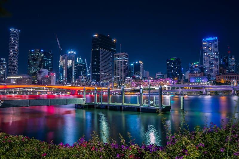 Luci notturne luminose della città fotografie stock