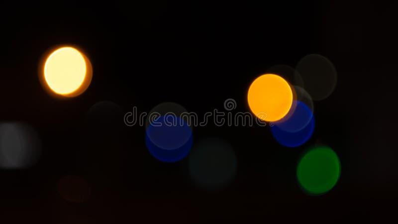 Luci sulla strada nella città, luci notturne di Bokeh in città, fondo del bokeh delle iluminazioni pubbliche, sfuocatura del boke fotografia stock libera da diritti