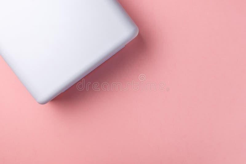 Luci UV della lampada per i chiodi su fondo pastello Vista superiore Disposizione piana Copi lo spazio fotografie stock