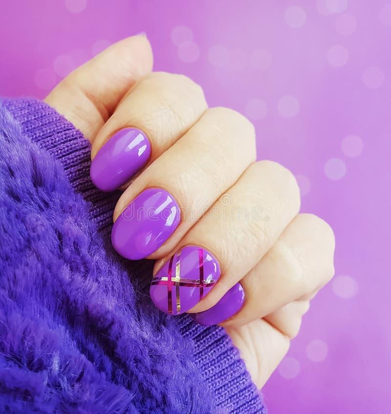 Lucidatura femminile del dito delle mani, inverno creativo di fascino della pelliccia di progettazione di modo bello immagini stock libere da diritti