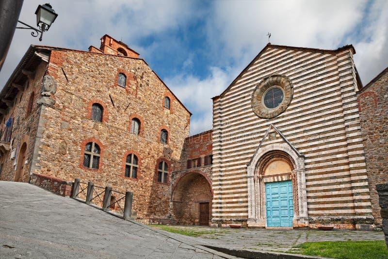Lucignano, Arezzo, Toscana, Italia: la chiesa medievale di San Francesco ed il municipio antico immagine stock libera da diritti