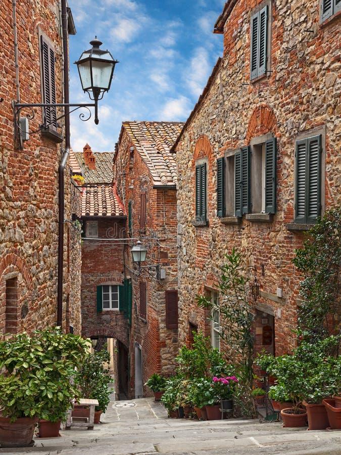 Lucignano, Arezzo, Toscanië, Italië: steeg in de oude Toscaanse stad royalty-vrije stock afbeelding