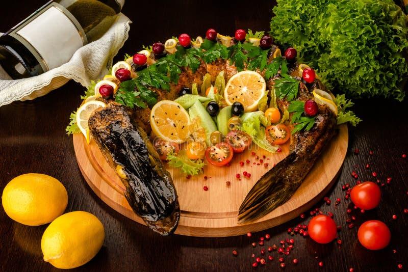 Lucio frito La cena de boda con la carne del rodillo fumó y los tomates Fondo de madera Plato ruso tradicional foto de archivo libre de regalías