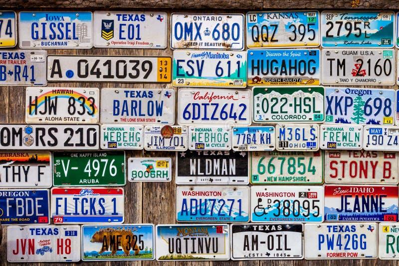 LUCKENBACH, TX - 11 gennaio 2018 - varie vecchie targhe di immatricolazione d immagini stock