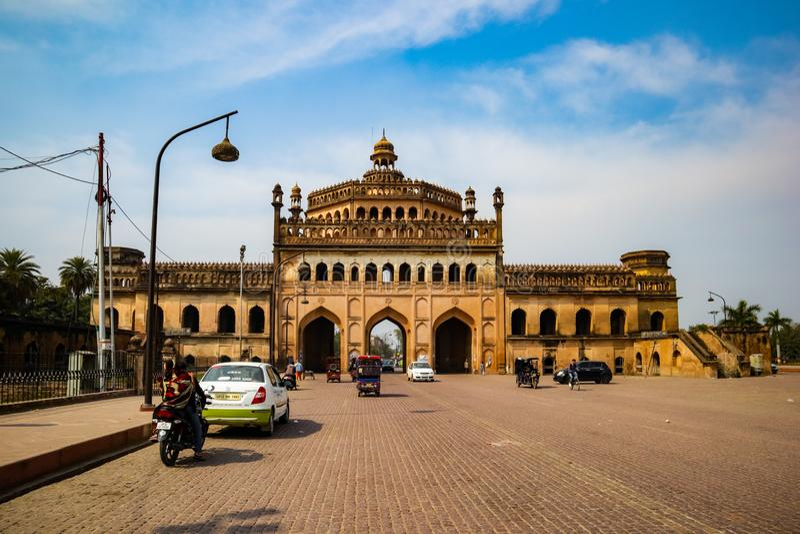 LUCKNOW, INDIA - DEC 19: Turystyka i obywatele w pobliżu słynnej bramy historycznej Rumi Darwaza w słoneczny dzień obraz royalty free