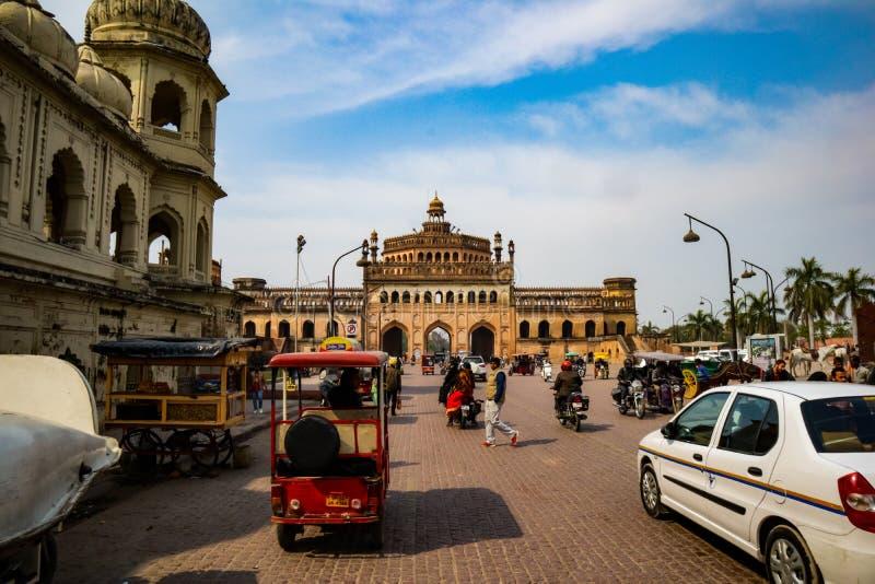 LUCKNOW, INDIEN - DEC 19: Turist och medborgare nära den berömda historiska porten Rumi Darwaza vid den soliga dagen på arkivfoto