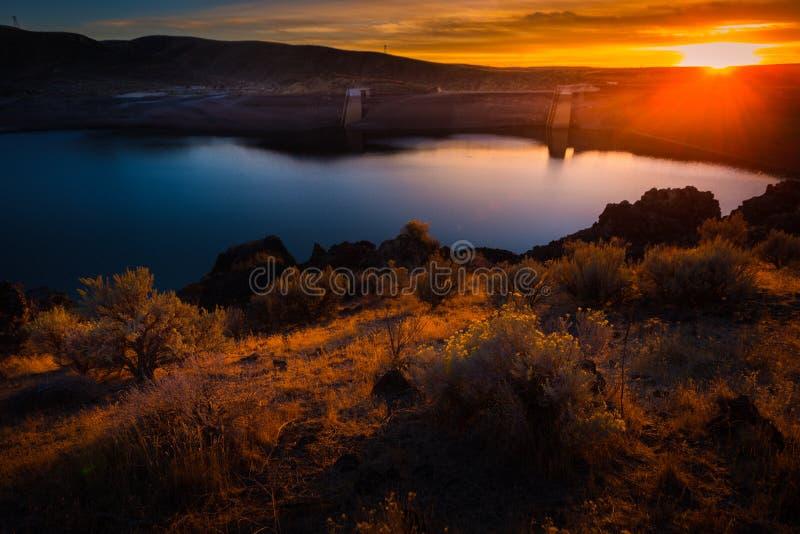 Lucky Peak Lake Dam bij Zonsondergang stock afbeeldingen