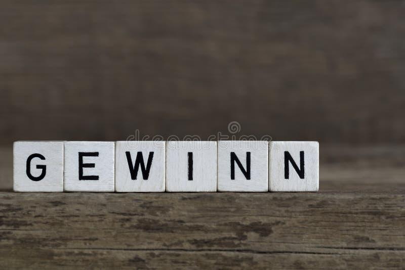 Lucro alemão da palavra, escrito nos cubos fotos de stock royalty free