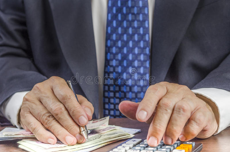 Lucro calculador do homem de negócios fotografia de stock royalty free