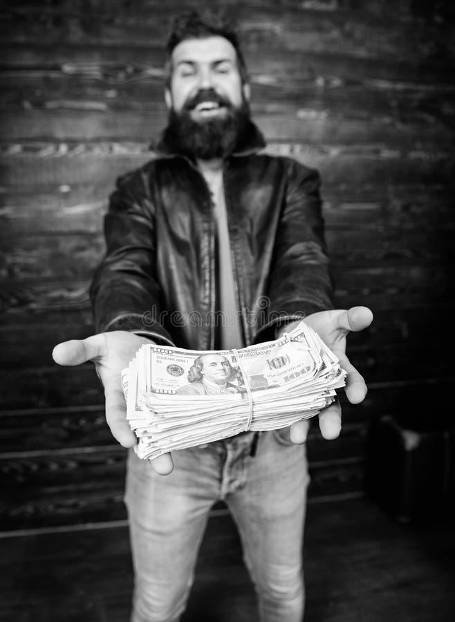Lucro ilegal e dinheiro preto Negociante da máfia do indivíduo com lucro do dinheiro Casaco de cabedal farpado brutal do desgaste fotos de stock