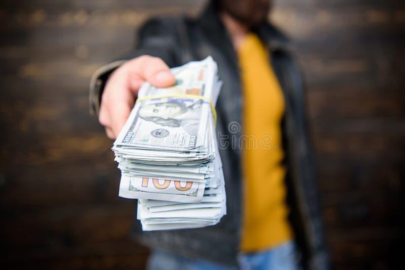 Lucro ilegal e dinheiro preto Negociante da máfia do indivíduo com lucro do dinheiro O homem brutal tem o dinheiro do dinheiro Ri imagens de stock royalty free