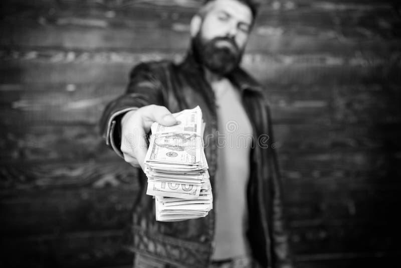 Lucro ilegal e dinheiro preto Negociante da máfia do indivíduo com lucro do dinheiro O homem dá o subôrno do dinheiro do dinheiro fotos de stock royalty free