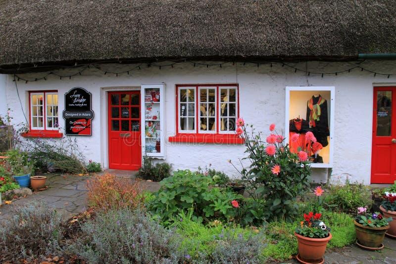 Lucy Erridge-Handwerk, -mode und -künste kaufen in einem bezaubernden mit Stroh gedeckten Häuschen, Adare, Irland, im Oktober 201 stockbilder