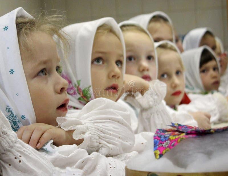 Lud ubierający dzieci obraz stock