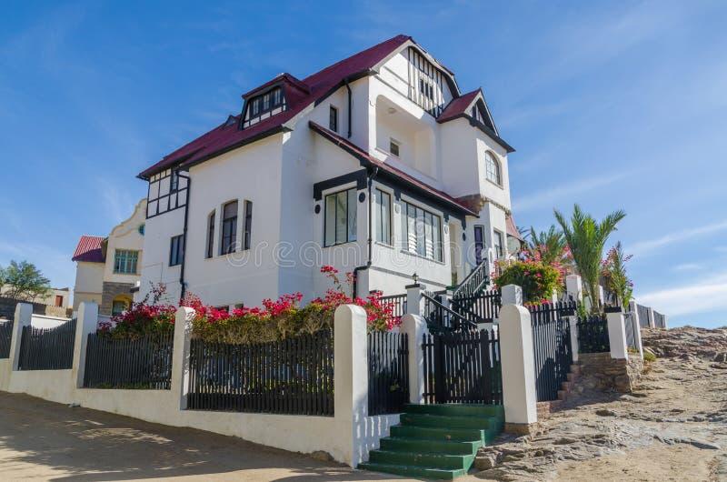 Luderitz,纳米比亚- 2014年7月08日:德国殖民地时期历史的豪宅或别墅在俯视Luderitz的小山的 免版税图库摄影