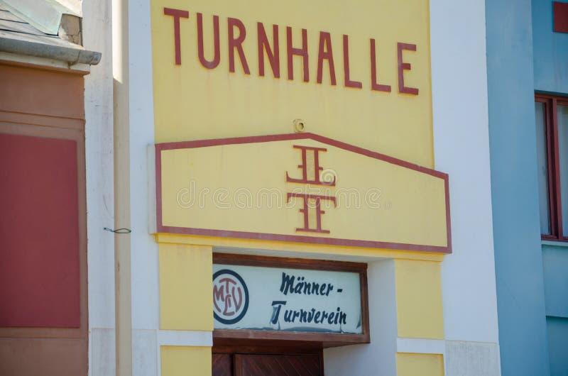 Luderitz, Namíbia - 8 de julho de 2014: Close up da fachada da construção colonial alemão histórica de Turnhalle imagem de stock