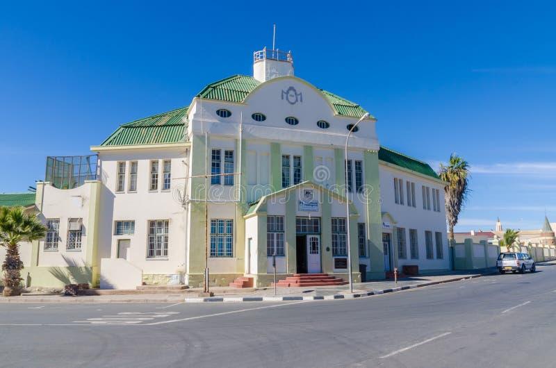 Luderitz, Namíbia - 8 de julho de 2014: Construção colonial histórica da estação de trem de épocas coloniais alemãs fotografia de stock