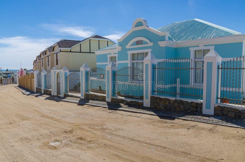 Luderitz, Namíbia - 8 de julho de 2014: Construções coloniais históricas de épocas coloniais alemãs imagens de stock