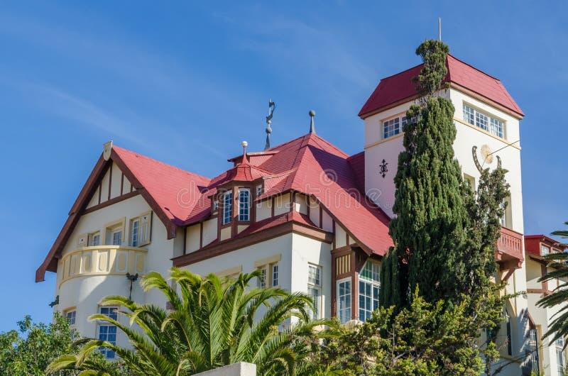 Luderitz, Namíbia - 8 de julho de 2014: Goerke histórico famoso Haus de épocas coloniais alemãs no monte que negligencia Luderitz foto de stock royalty free