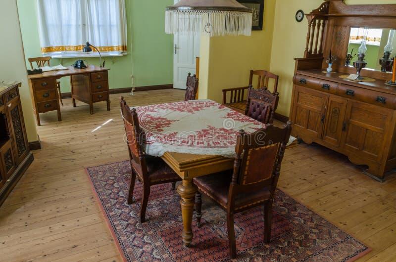 Luderitz, Namíbia - 9 de julho de 2014: Interior restaurado da sala de jantar da casa colonial alemão em Kolmanskop fotos de stock royalty free