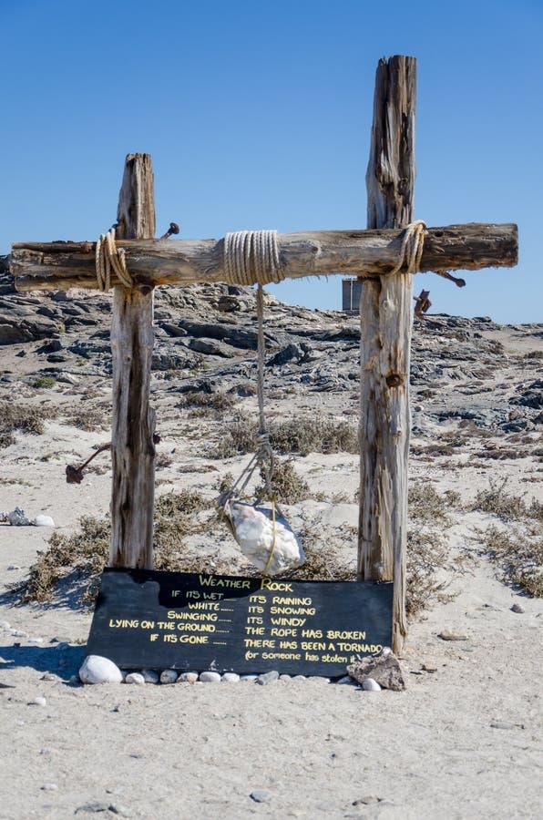 Luderitz, Namibia - 9 de julio de 2014: Resista a la roca en el café de madera del punto de Díaz del polesat en la península de L foto de archivo libre de regalías