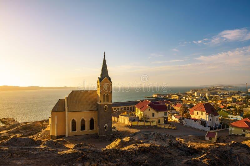 Luderitz w Namibia z lutheran kościół dzwonił Felsenkirche przy zmierzchem zdjęcia royalty free