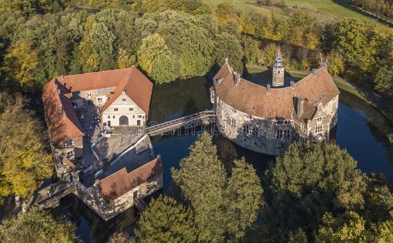 LUDINGHAUSEN, DUITSLAND - OKTOBER 14, 2017: De luchtmening van Vischering moated kasteel in Noordrijn-Westfalen royalty-vrije stock afbeeldingen