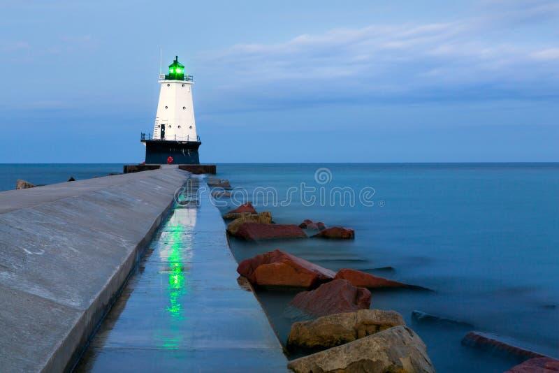 Ludington Pier Light Beacon Reflections i Ludington Michigan fotografering för bildbyråer