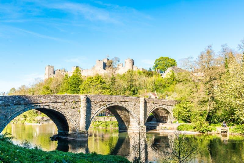 Ludlow slott och Dingham bro fotografering för bildbyråer