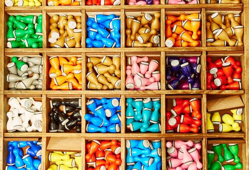 Ludo colorato che gioca i pezzi ha convertito in bolli fotografia stock libera da diritti