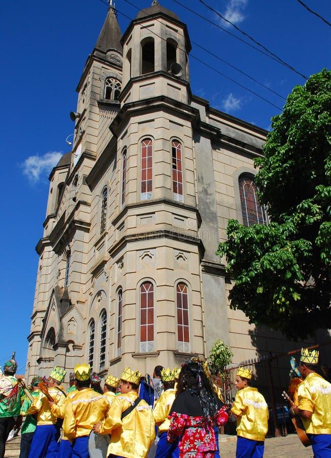 Ludowa parada przy kościół obrazy stock