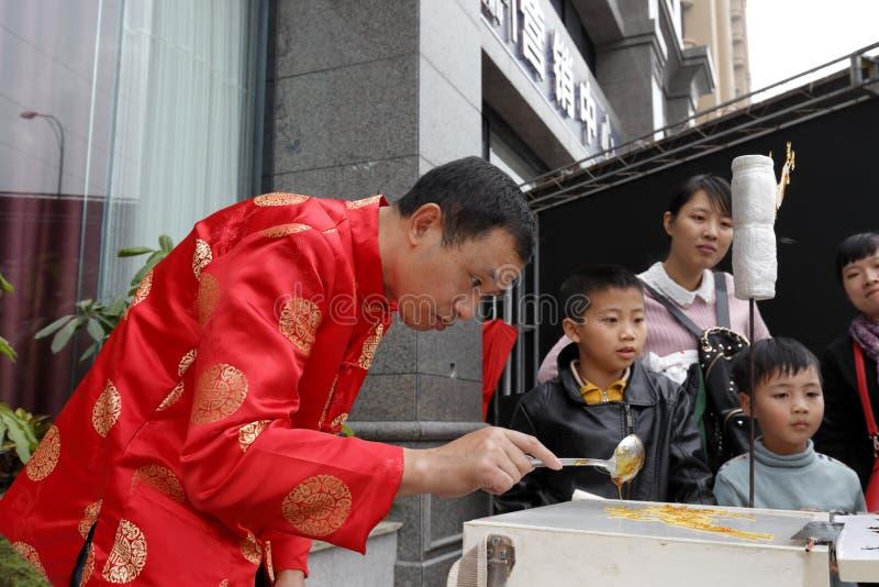 Ludowy artysta robi tradycyjni chińskie cukrowemu obrazowi fotografia stock