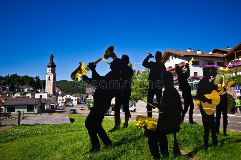 Ludowy zespołu scultpure w Castelrotto, Włochy obrazy stock
