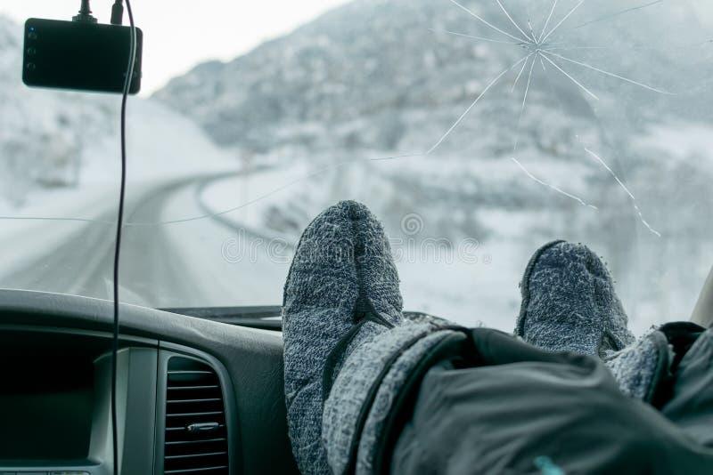 Ludzcy cieki w ciepłych butach na panelu samochód obraz stock