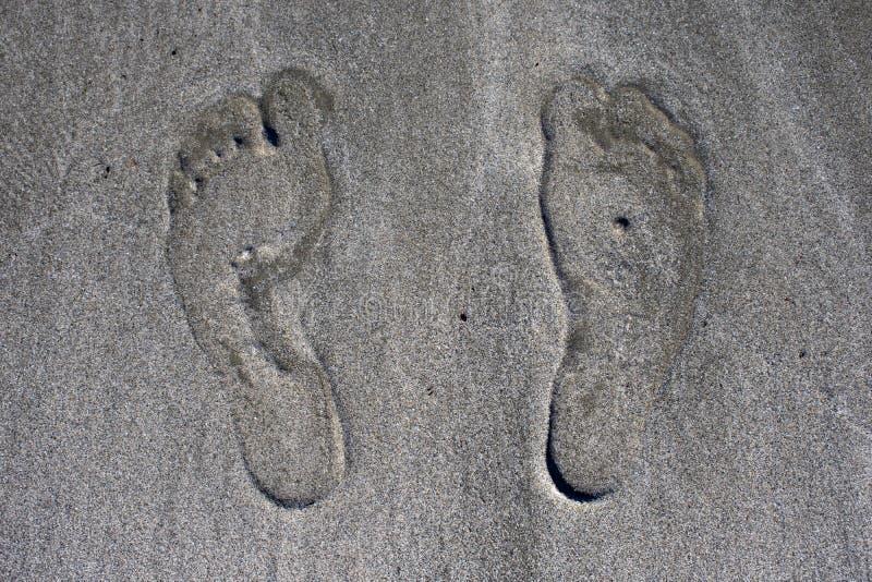 Ludzcy odciski stopi na plażowym piasku, zakończenie w górę fotografia royalty free