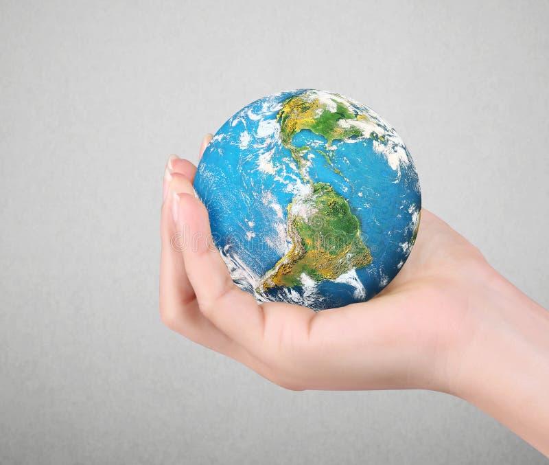Ludzcy ręki mienia kuli ziemskiej elementy meblujący NASA wizerunek zdjęcie royalty free