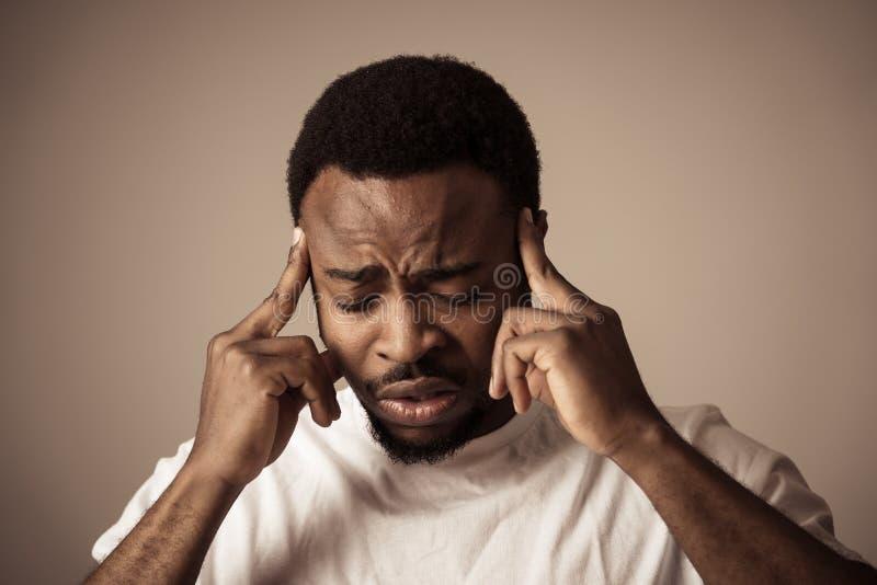 Ludzcy wyrażenia i emocje Młody atrakcyjny mężczyzna z migrenami Cierpieć silnego ból fotografia stock