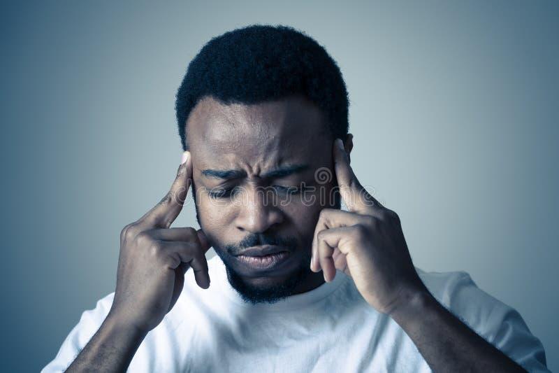 Ludzcy wyra?enia i emocje M?ody atrakcyjny m??czyzna z migrenami Cierpie? silnego b?l obrazy stock