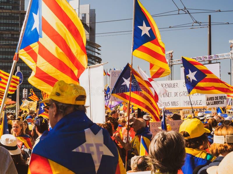 10000 ludzi Katalońskich protestujących przed parlamentem europejskim fotografia royalty free