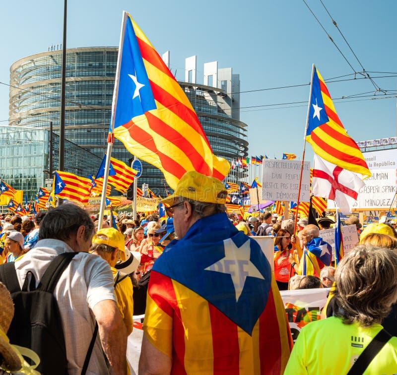 10000 ludzi Katalońskich protestujących przed parlamentem europejskim obrazy royalty free