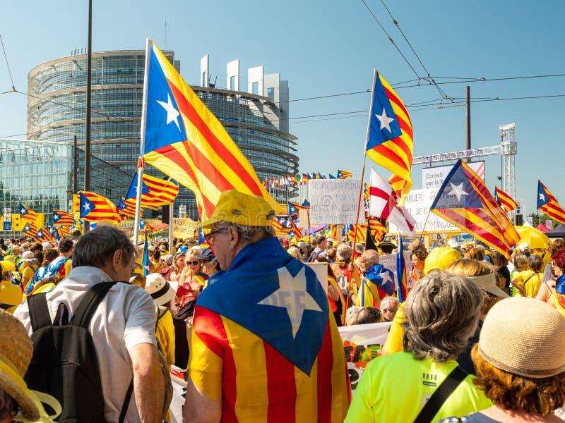 10000 ludzi Katalońskich protestujących przed parlamentem europejskim zdjęcie stock