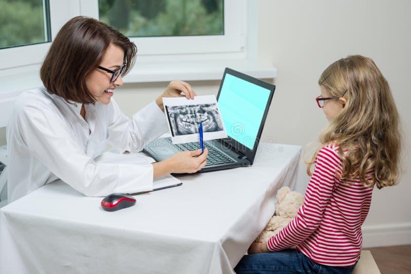 Ludzi, medycyny, stomatology, technologii i opieki zdrowotnej pojęcie, Żartuje dziewczyny na konsultaci z dentystą, patrzeje stom fotografia royalty free