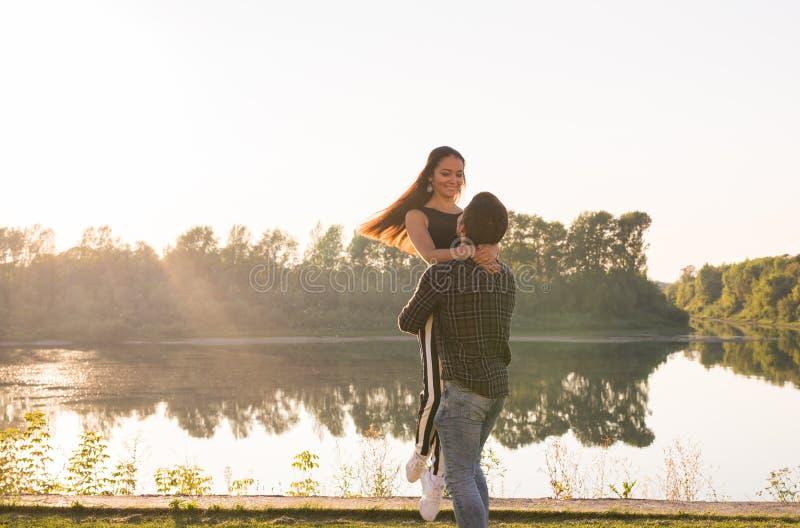 Ludzi, miłości i natury pojęcie, - Obsługuje mienie kobiety w jego rękach nad natury tłem fotografia stock