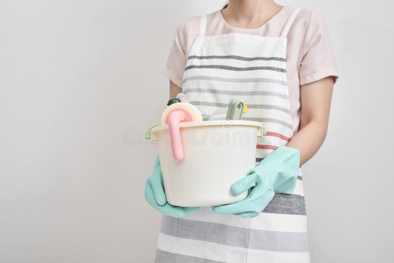 Ludzi, sprzątania i housekeeping pojęcie, - szczęśliwy kobiety mienie zdjęcie stock