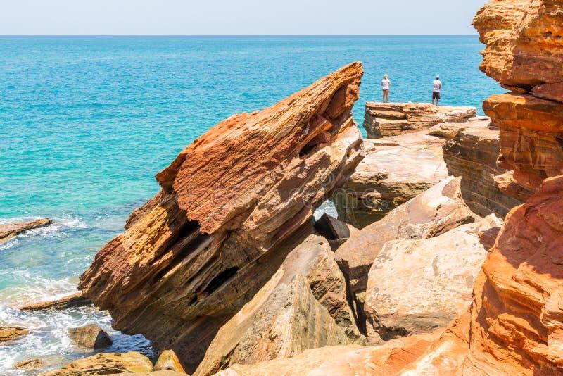 Ludzie łowi z niebezpiecznych falez skał zdjęcia royalty free