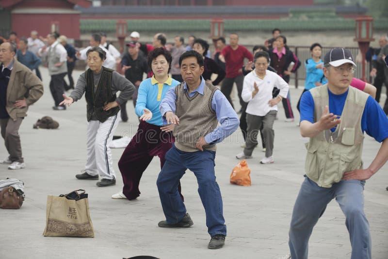 Ludzie ćwiczą tai chi chuan gimnastyki w Pekin, Chiny fotografia royalty free