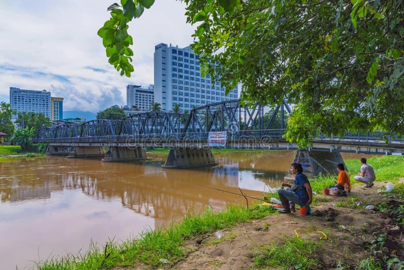 Ludzie łowi Odprasowywają most fotografia royalty free